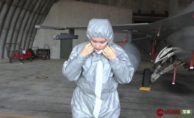 女记者体验战斗机日常维护 钻入进气道检查发动机