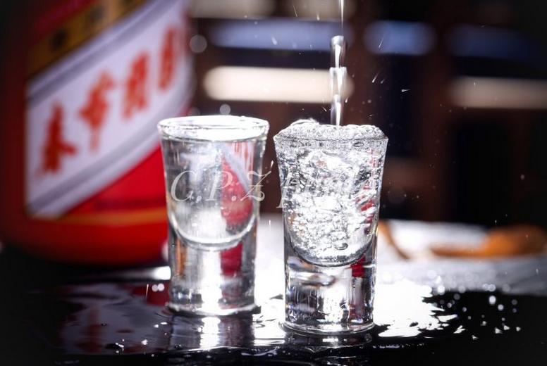 高管频繁落马、假酒横行,茅台是快乐酒还是腐败酒?
