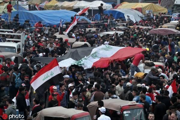 总理辞职后,伊拉克抗议者再次火烧伊朗领事馆