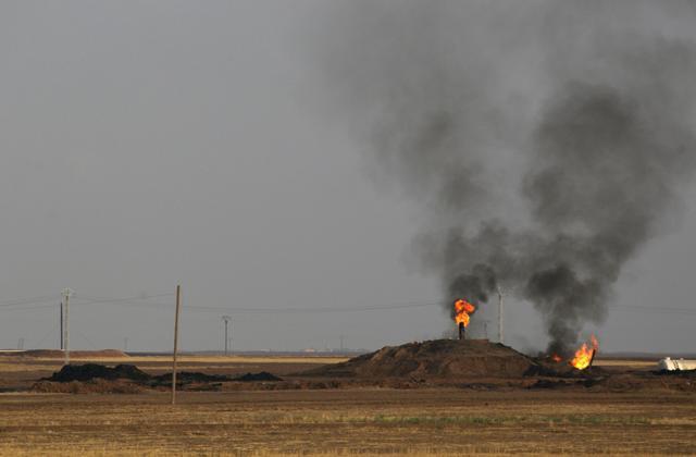 美国财路被斩断,叙军战机凌晨空袭:炸毁库尔德运油车队