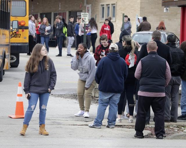 美国一名警察开枪打伤持枪学生,警方称学生欲先动手