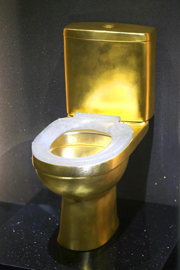镶嵌4万多颗钻石的黄金马桶亮相进博会 售价超120万美元