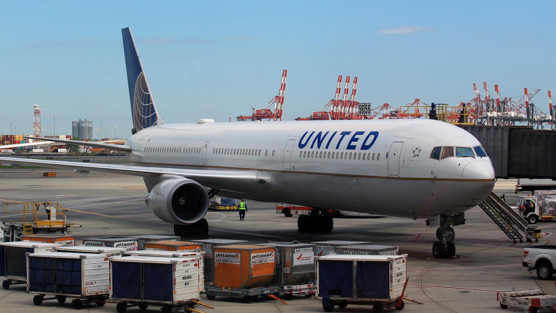 波音757客机又出问题:机翼喷火,吓坏乘客