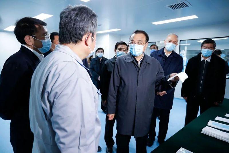 李克强考察北京海淀口罩生产供应保障情况