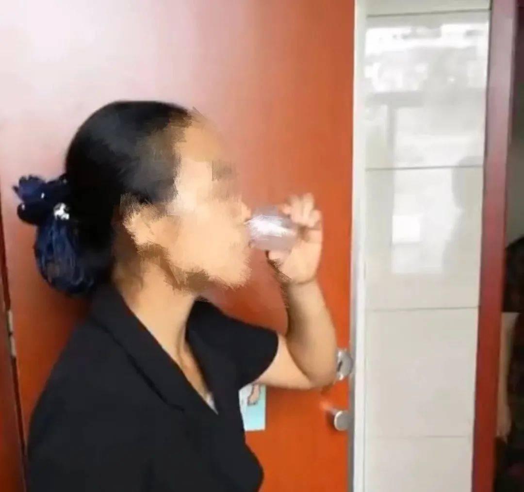 山东一保洁员喝便池水惹争议 涉事公司为知名饲料企业