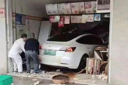江苏一特斯拉冲进包子店,警方通报:初步排除酒驾、毒驾