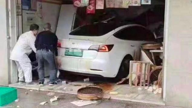 浙江一特斯拉撞倒两交警,买车先考试?特斯拉回应:是个误会