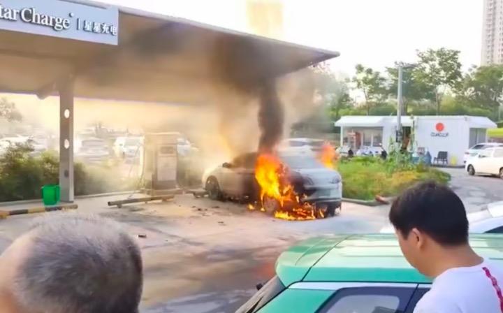 电动网约车再起火 郑州一东风启辰充电站内疑似自燃