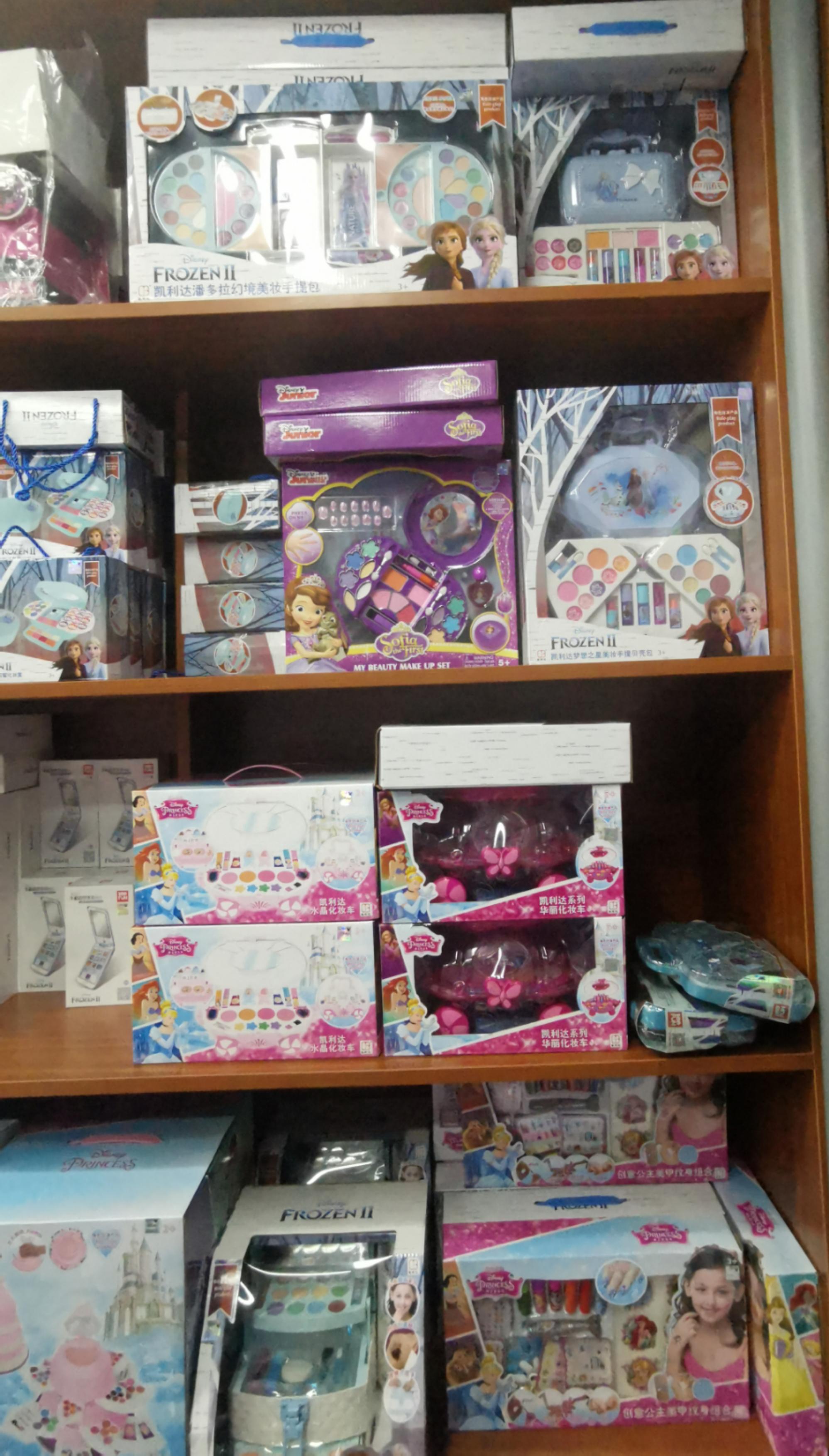 """儿童彩妆""""盯上""""中小学生:化妆品还是玩具?"""
